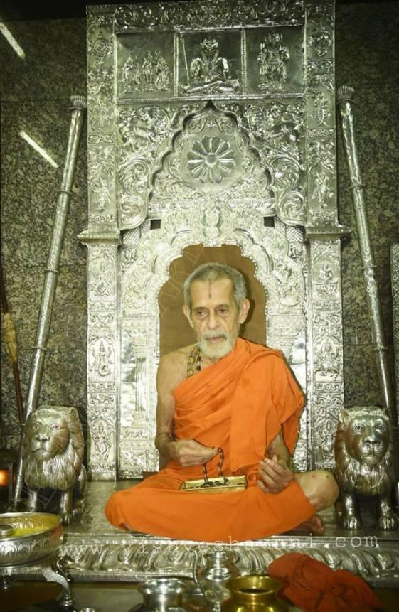 Pejavar Swamiji in SarvajnaPeetha.jpg