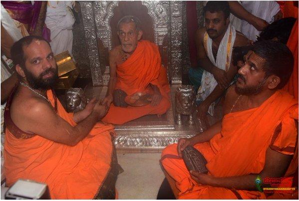 Swamiji in Sarvajna Peetha