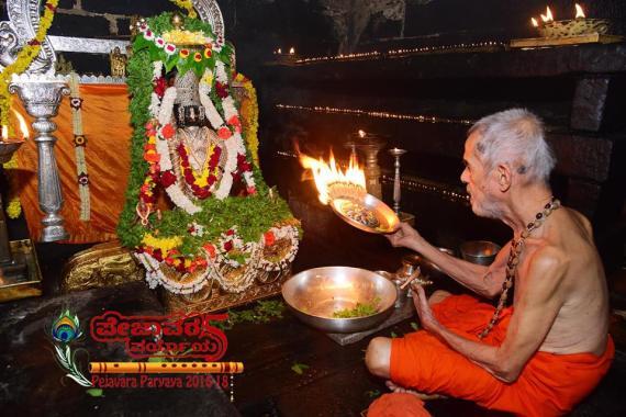 Pejavar Swamij pooja to Sri Krishna.jpg